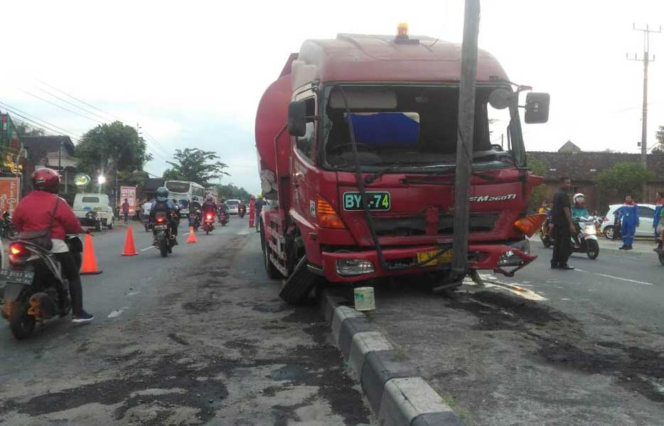 Dihantam Bus Truk Tangki Naik Ke Pembatas Jalan News Real Indonesia