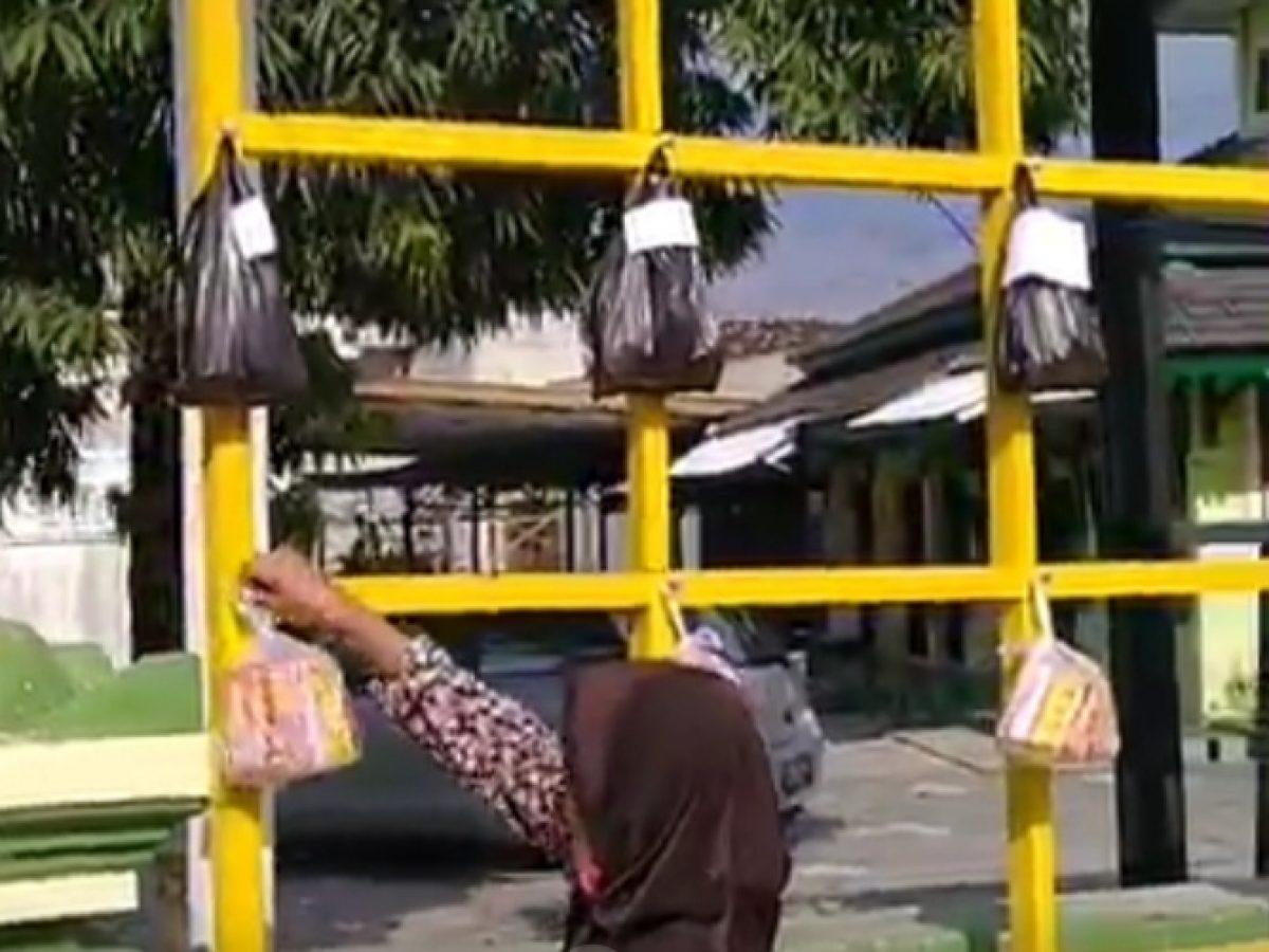 Pojok Sedekah Masjid An Nuur Baki Sukoharjo Warga Gantungkan Bingkisan Demi Berbagi Dengan Sesama Suara Merdeka Solo